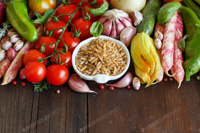 Ungekochter gemischter Kamut mit Gemüse