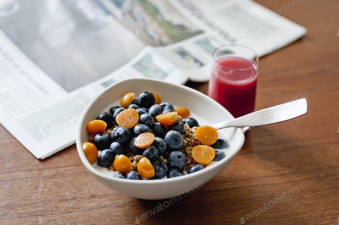 Schüssel mit Früchten auf dem Tisch