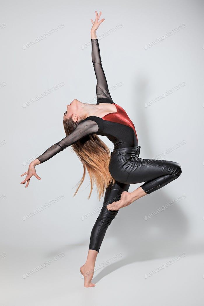 Die Frau tanzt auf grau