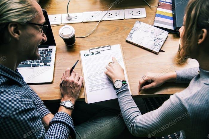 Empresarios que discuten un contrato
