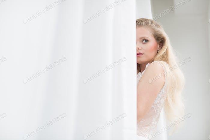 Wunderschöne Braut an ihrem Hochzeitstag (farbgetöntes Bild; flache DO