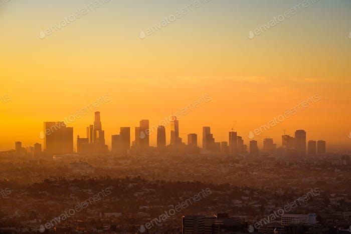 Skyline von Los Angeles bei Sonnenaufgang vom Griffith Observatorium aus betrachtet