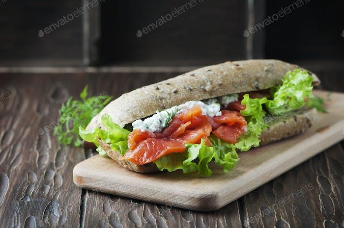 Gesundes Sandwich mit Käse und Lachs