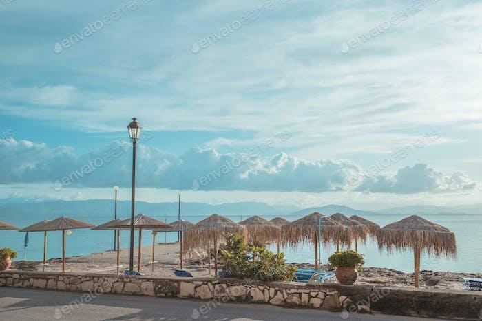 Erstaunliche Straße auf der Insel Korfu in der Nähe der Küste