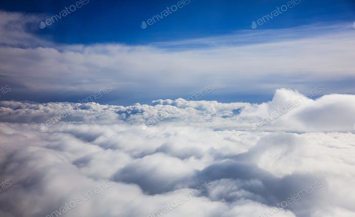 Blauer Himmel und Wolken - Blick vom Flugzeug Fenster
