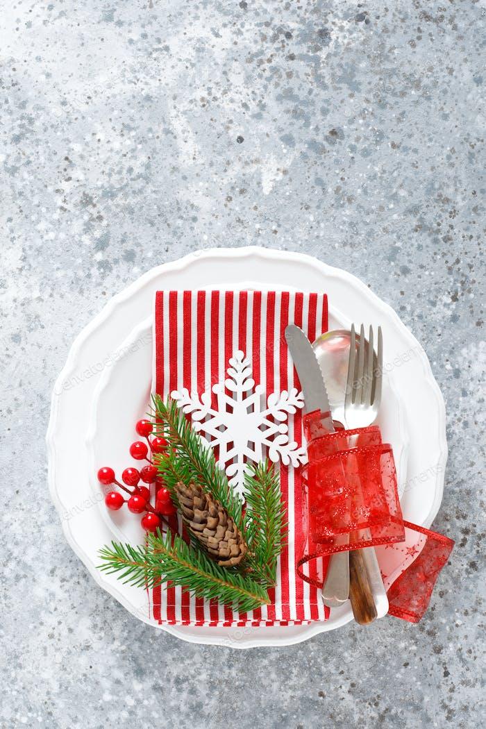 Weihnachtstisch mit leerem festlichem weißem Teller und Besteck