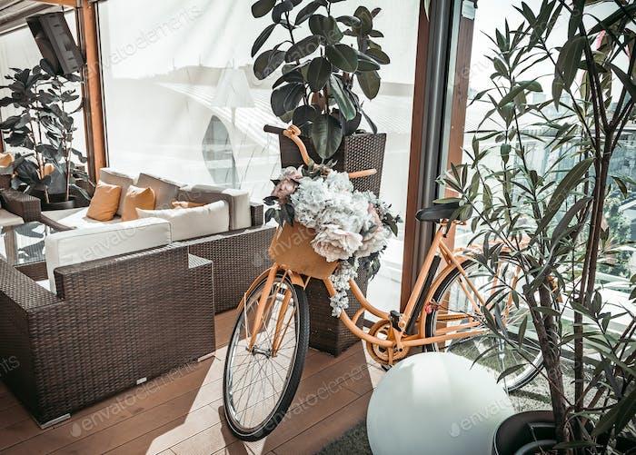 Elegante restaurante interior com bicicleta mod