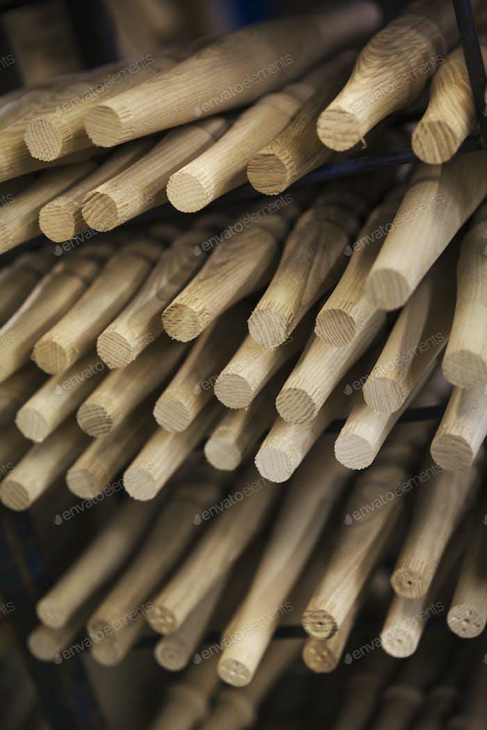 Cerca de piezas de muebles de madera, torneado formas de madera lisas en un taller de carpintería.