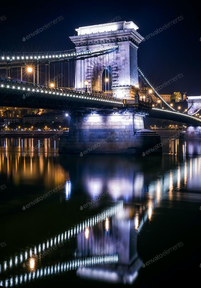 Blick auf die Kettenbrücke in Budapest, Ungarn, bei Nacht