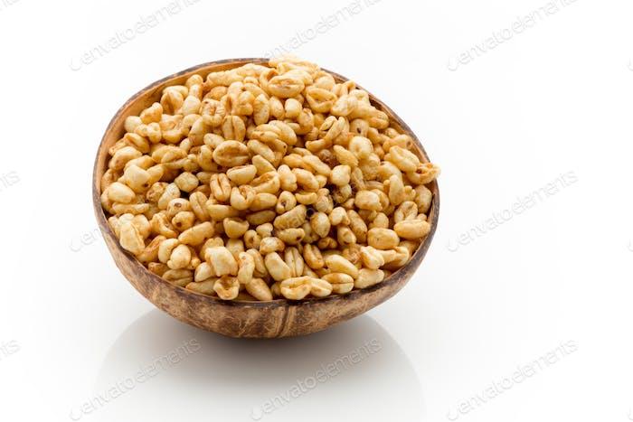 Cornflakes in einer Schüssel isoliert auf weißem Hintergrund.