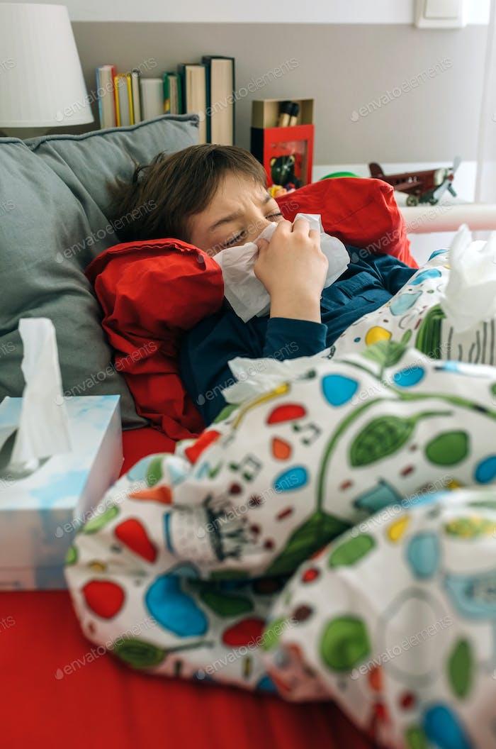 Kaltes Kind liegt auf dem Bett