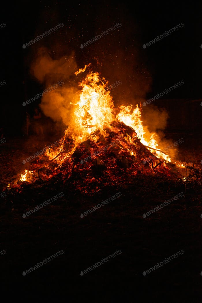 Großes Lagerfeuer brennt in der Nacht