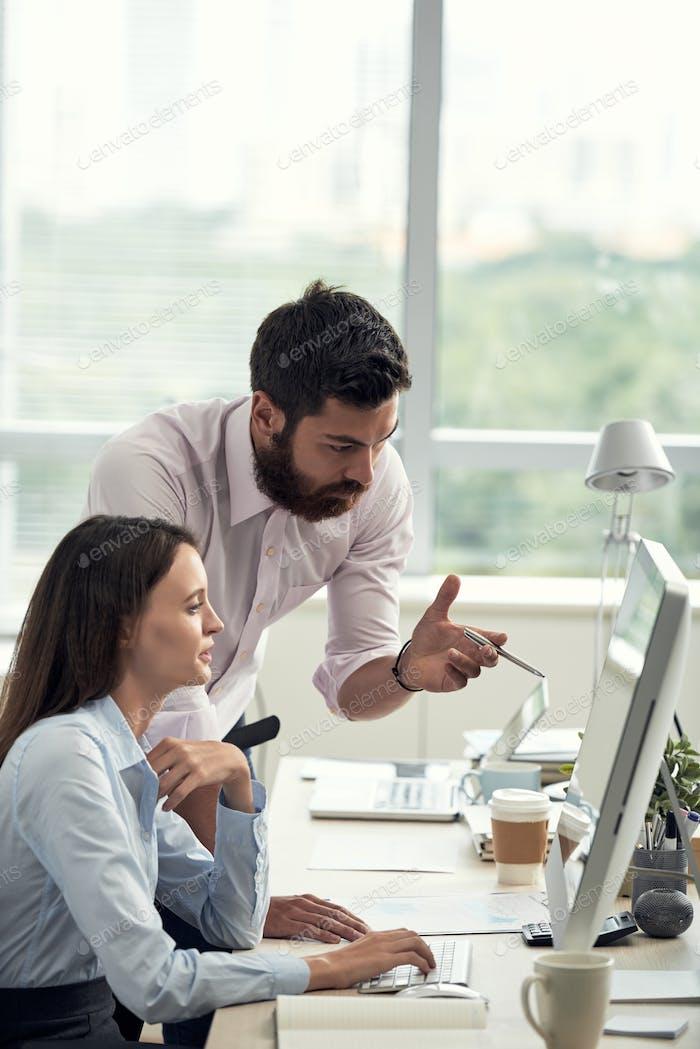 Geschäftsleute diskutieren über Arbeit