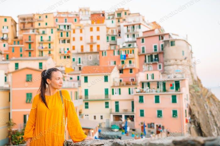Tourist mit Blick auf Manarola, Cinque Terre, Ligurien, Italien