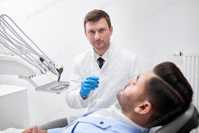 Joven dentista de visita