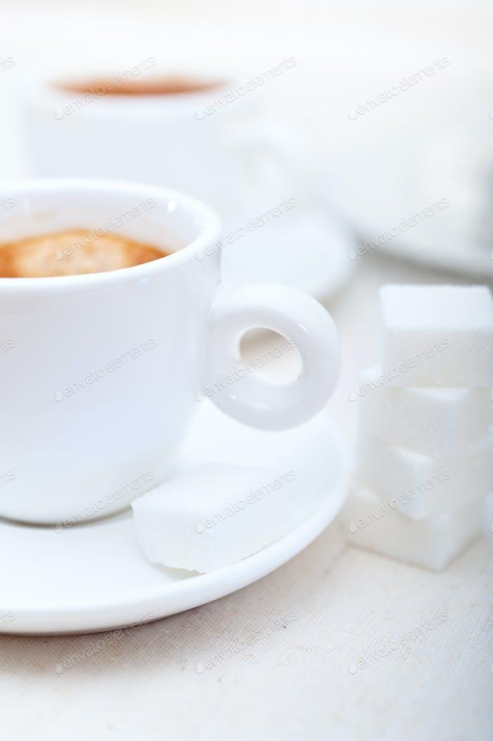 Italienischer Espresso Kaffee und Zuckerwürfel