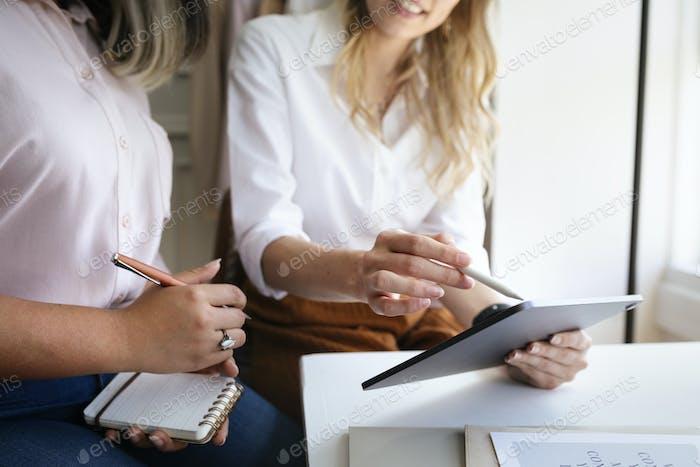 Personas de negocios que comparten información