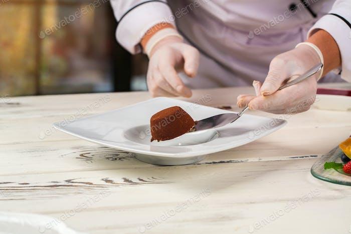 Hand holds cake on spatula