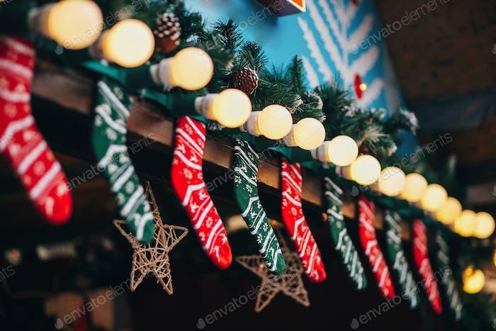 Kabinen mit stilvollen Weihnachtsdekorationen auf dem europäischen Stadtmarkt