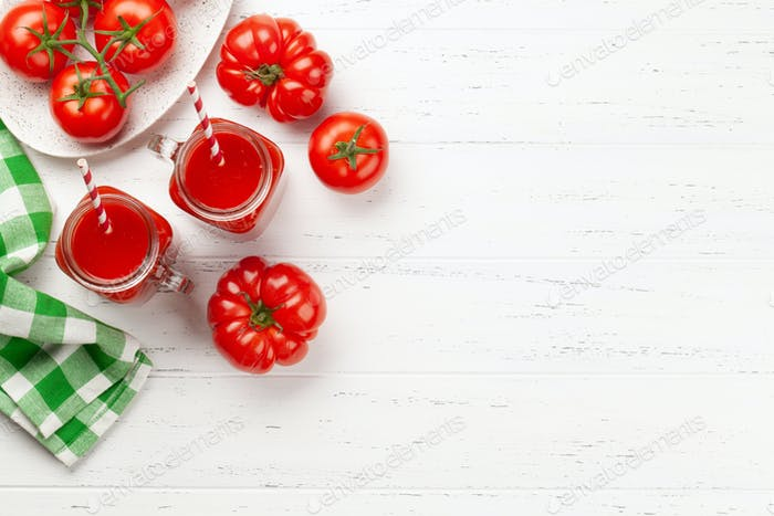 Frischer Tomatensaft und reife Tomaten