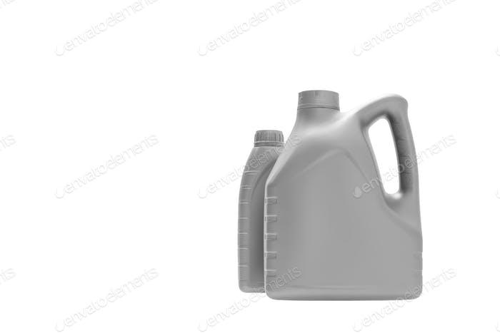 Graue Kanister mit Motoröl auf weißem Hintergrund isoliert