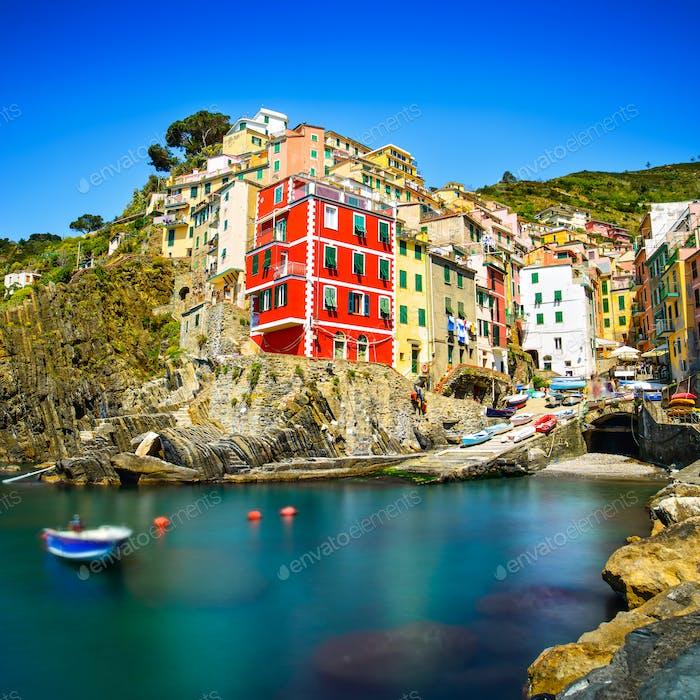 Riomaggiore Dorf, Felsen und Meer bei Sonnenuntergang. Cinque Terre