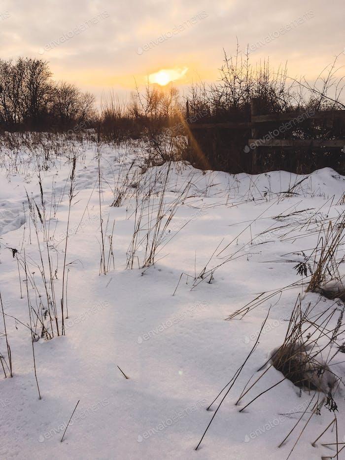 Schöne Aussicht auf Sonnenuntergang Licht ad verschneite Landschaft