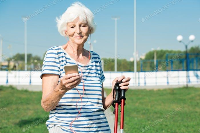 Moderne Senor Frau Training mit Musik