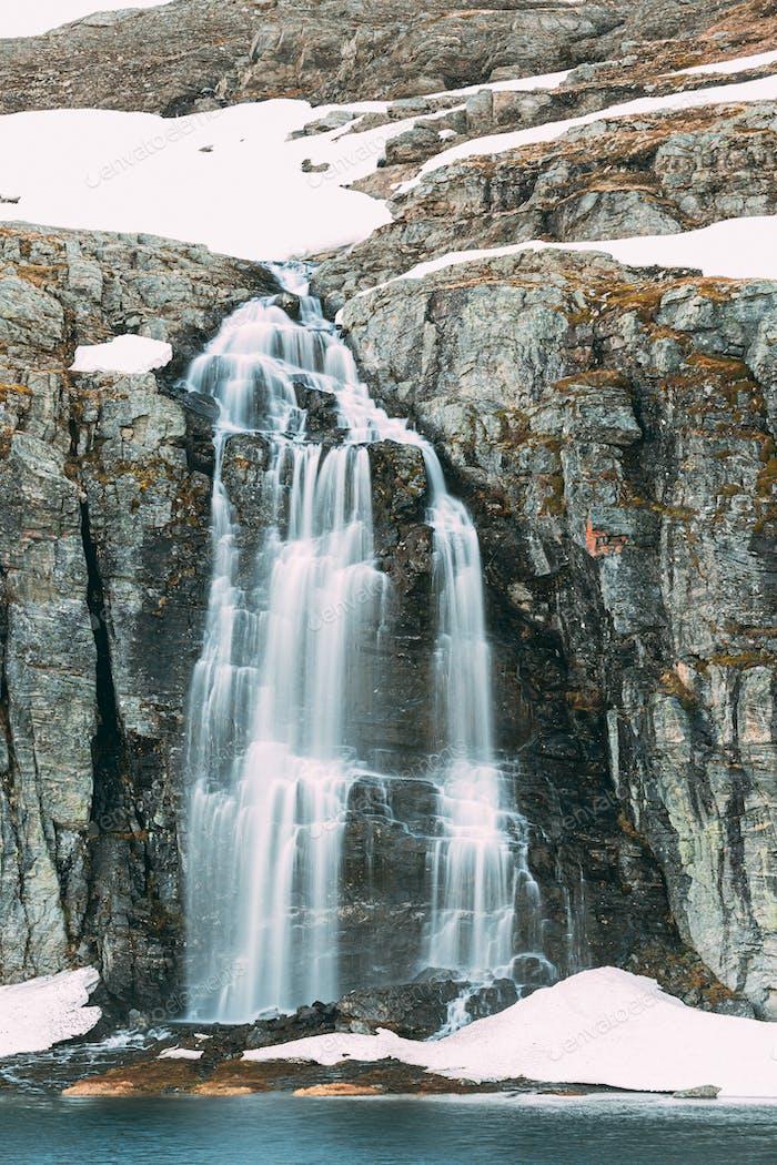 Straße Aurlandsfjellet, Norwegen. Wasserfall Flotvatnet Im Frühling verschneite Landschaft. Scenic Route Road In