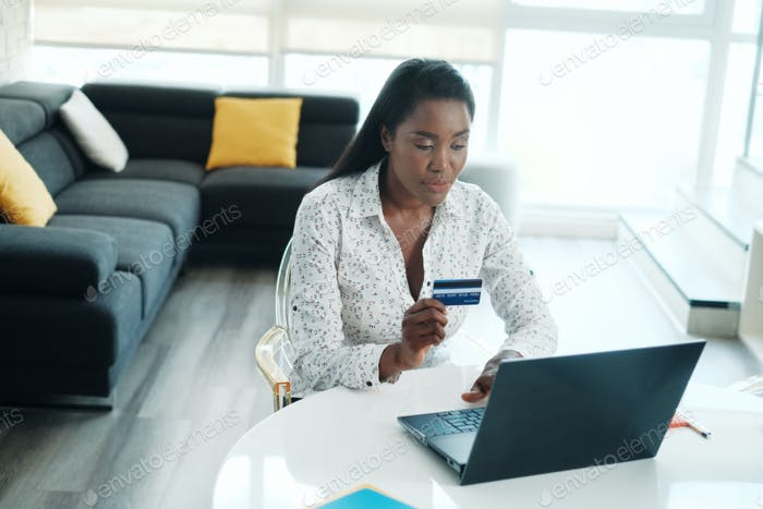 афро-американская женщина Покупки онлайн