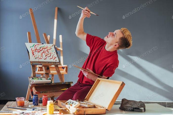 Künstler Malerei ein Bild in einem Atelier