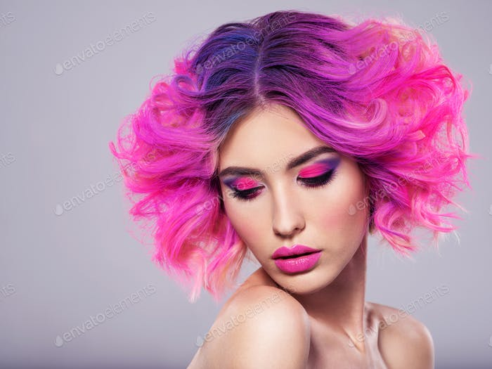 Porträt von schönen jungen Frau mit leuchtend rosa Make-up.