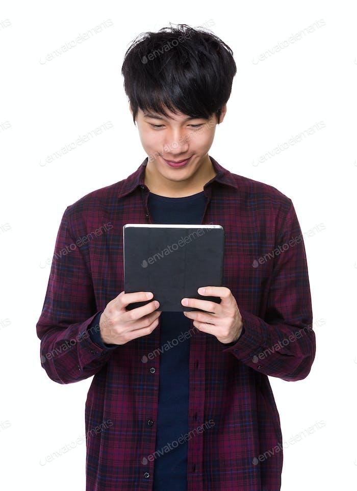 Hombre mira a la tableta