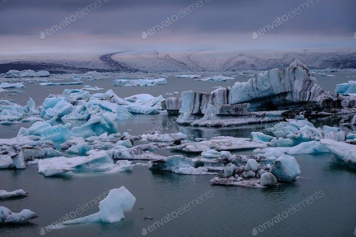 Hermosa vista de la laguna de Jokulsarlon