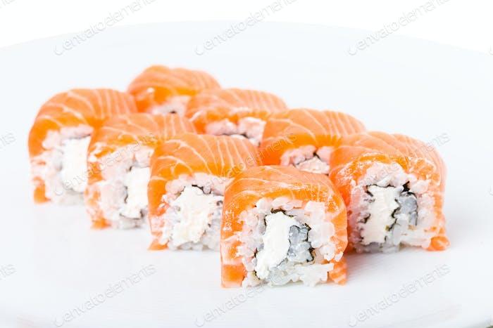 Delicioso rollo de sushi de salmón con mayonesa.