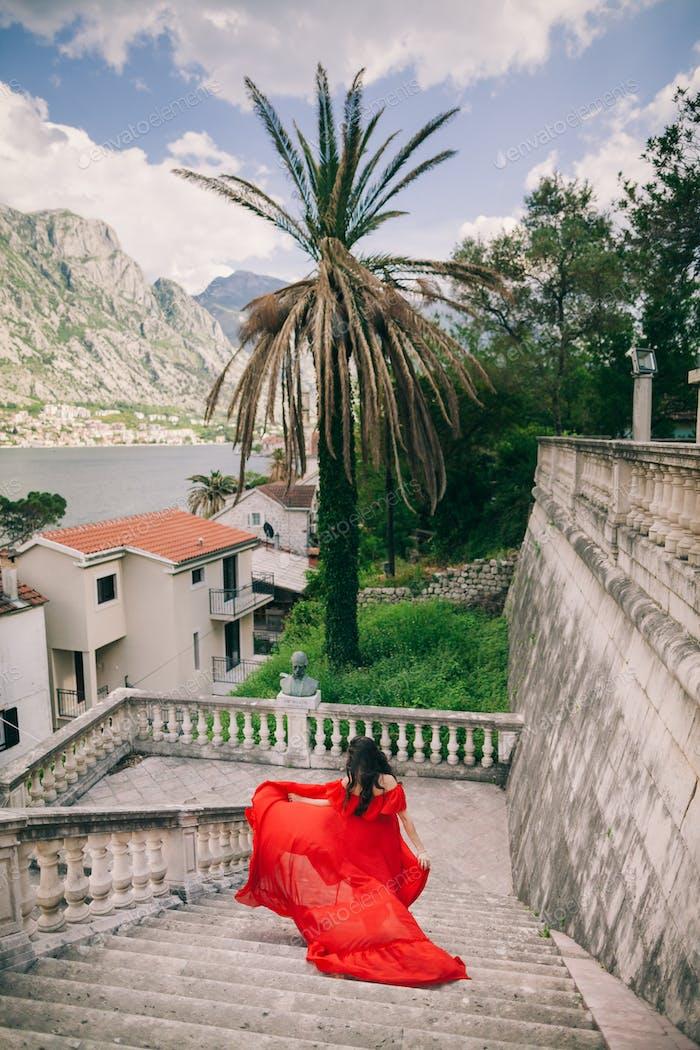 Frau im Kleid reisen Europa