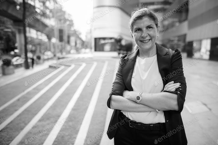 Porträt der reifen Geschäftsfrau in der Stadt