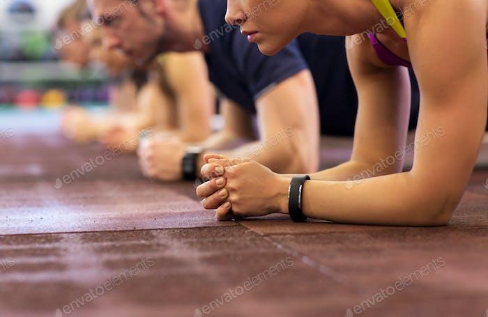 группа людей, осуществляющих занятия в тренажерном зале