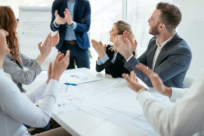 Erfolgreiches Unternehmen mit entschlossenen Mitarbeitern Ziele erreichen