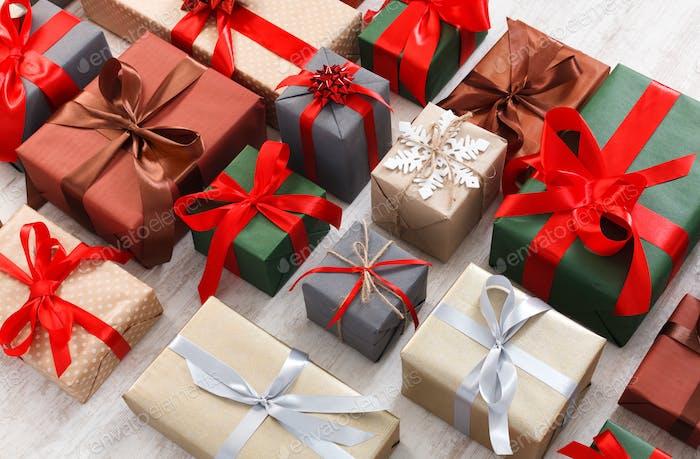Viele Geschenkboxen Hintergrund, Weihnachtsgeschenke in Papier