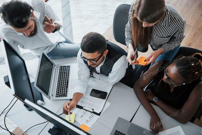 Un grupo de multinacionales ocupadas que trabajan en la oficina