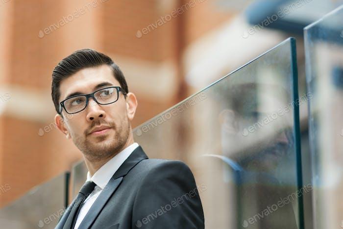 Porträt von gutaussehenden Geschäftsmann im freien