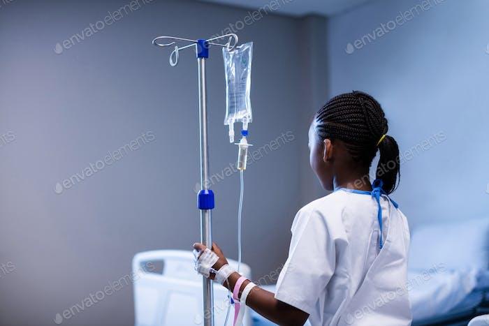 Patient hält IV Ständer