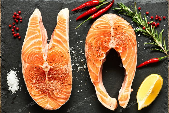 Стейки из сырого лосося