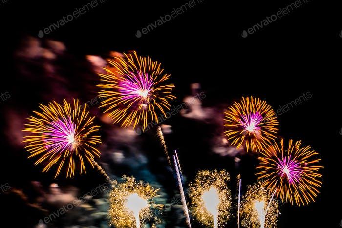 Hermosa pantalla de fuegos artificiales de colores en la noche para celebrar
