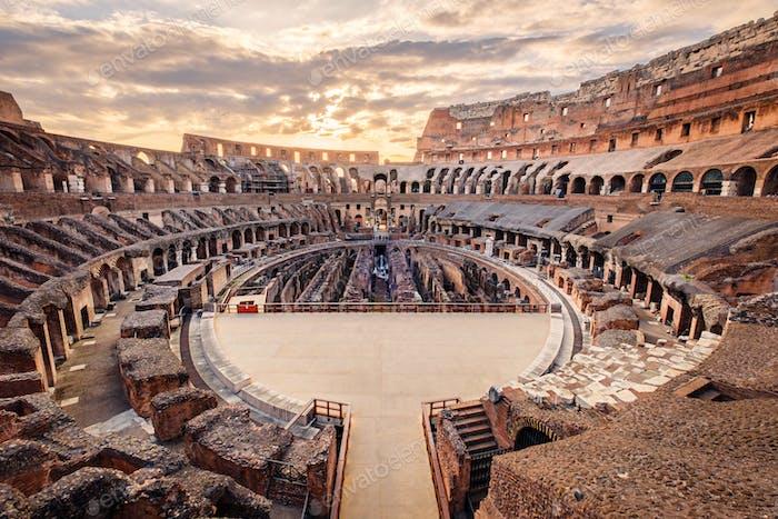Blick auf das römische Kolosseum Interieur bei Sonnenuntergang