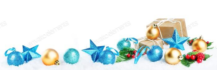 Linterna de Navidad con regalos, bolas de colores y estrellas en la Nieve es