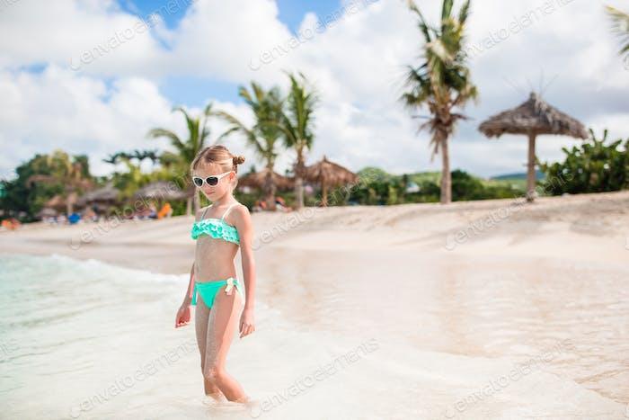 Adorable niño en la playa