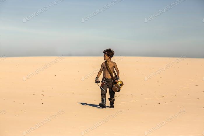 Post-apokalyptischer Krieger Junge im Freien in der Wüste Wüste