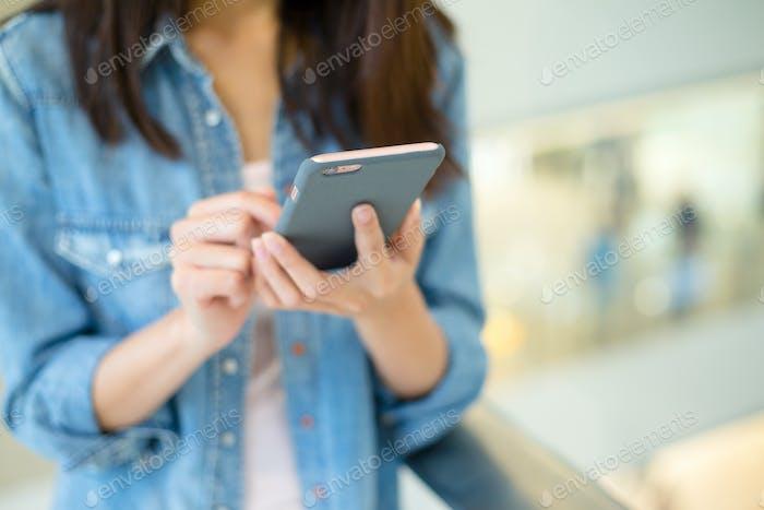 Frau halten mit Handy